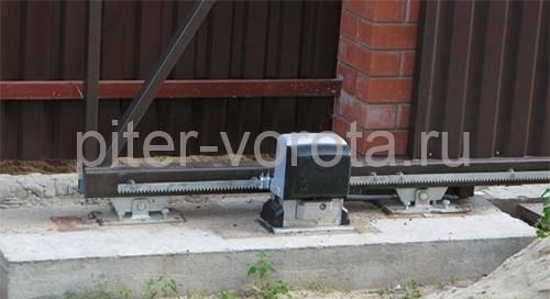 Установленная автоматика на фундамент под ворота