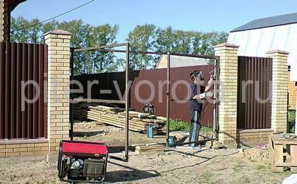 Сварка рамы ворот к опорным столбам